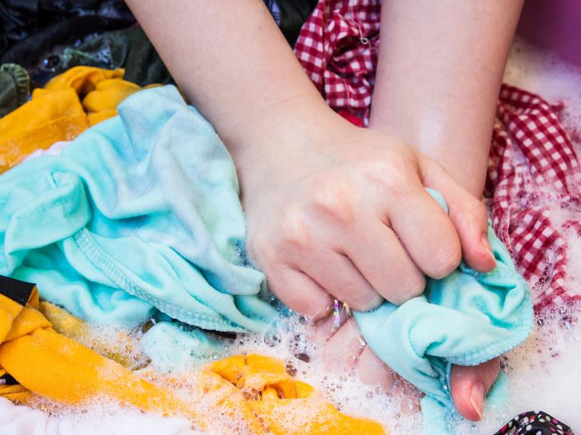 Do prania ręcznego zawsze używaj łagodnych środków /123RF/PICSEL