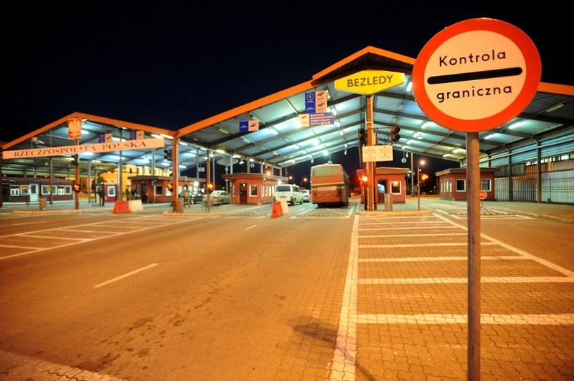 Do przejścia granicznego w Bezledach podjeżdżają pojedyncze samochody, w większości na rosyjskich tablicach rejestracyjnych /Wojciech Stróżyk /Reporter
