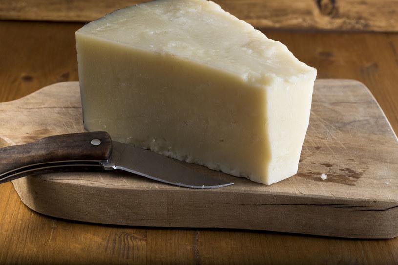 Do przygotowania carbonary używamy sera pecorino romano /123RF/PICSEL