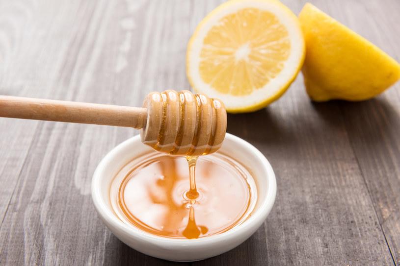 Do przygotowania domowego peelingu cukrowego można wykorzystać miód oraz cytrynę /123RF/PICSEL