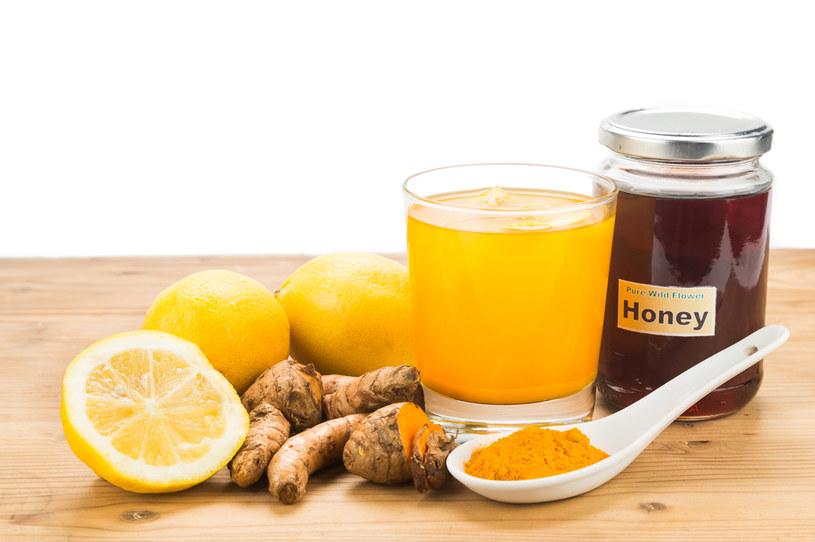 Do przygotowania napoju potrzebna są kurkuma, cytryna i miód /123RF/PICSEL