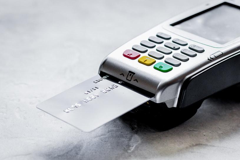 Do przyjmowania płatności kartą przekonuje się coraz więcej przedstawicieli branż, które do tej pory akceptowały głównie gotówkę /123RF/PICSEL