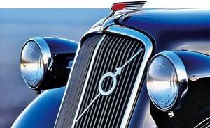 Do przytrzymania logo Volvo na chłodnicy używano paska metalu. /Volvo
