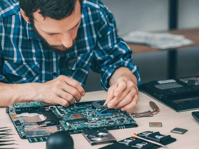Do rozkręcenia laptopa potrzeba sporo wiedzy /123RF/PICSEL