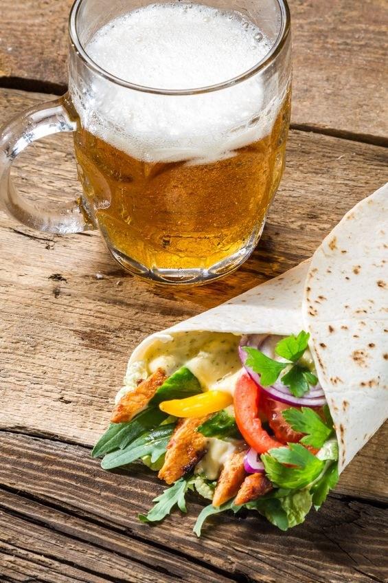 Do sałatek i drobiu zaserwuj lekkie jasne piwo, np. ryżowe /123RF/PICSEL