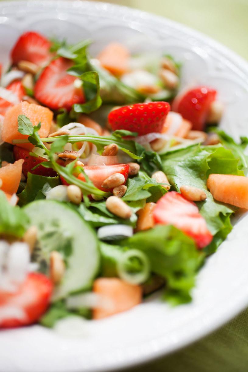 Do sałatki możesz dodać ulubione warzywa i ziarna /123RF/PICSEL