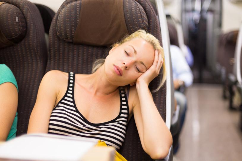 Do samolotu warto wziąć kocyk i poduszkę /123RF/PICSEL