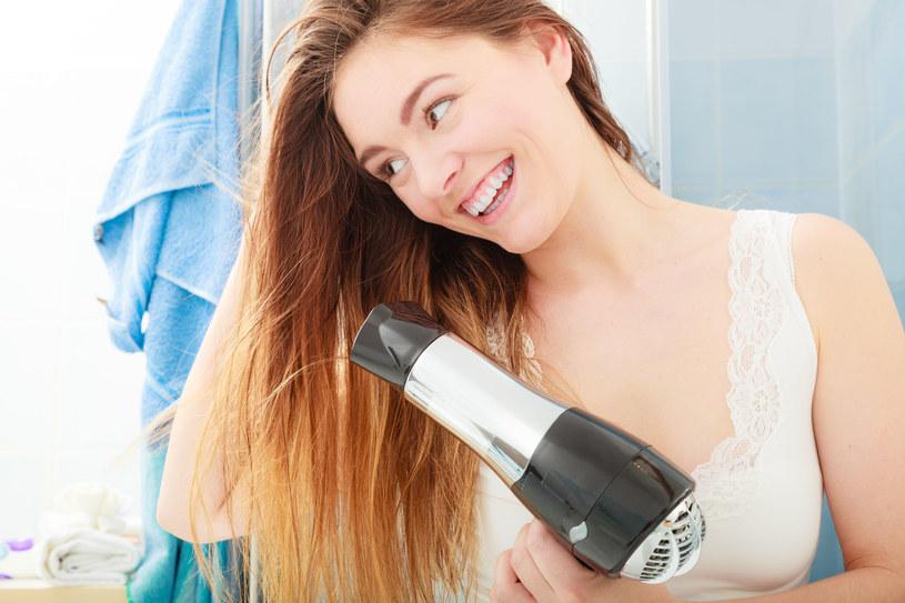 Do satysfakcjonującej fryzury niezbędne są właściwe kosmetyki /123RF/PICSEL