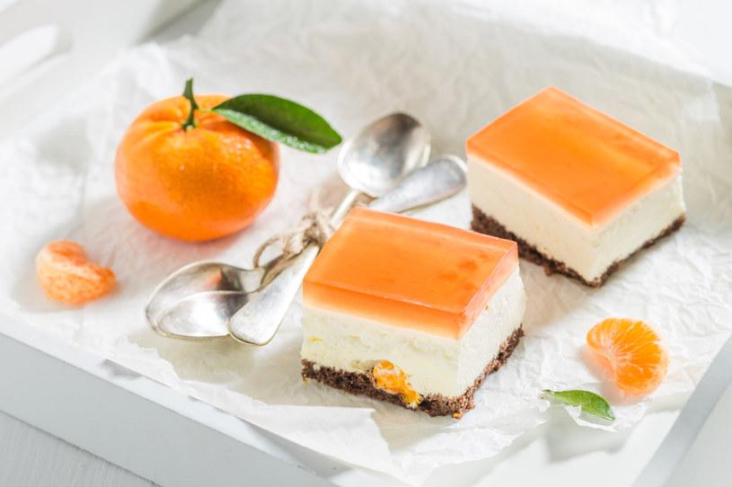 Do sernika możesz dodać dowolne świeże owoce oprócz kiwi, ananasa, papai i mango – z nimi galaretka nie stężeje /123RF/PICSEL