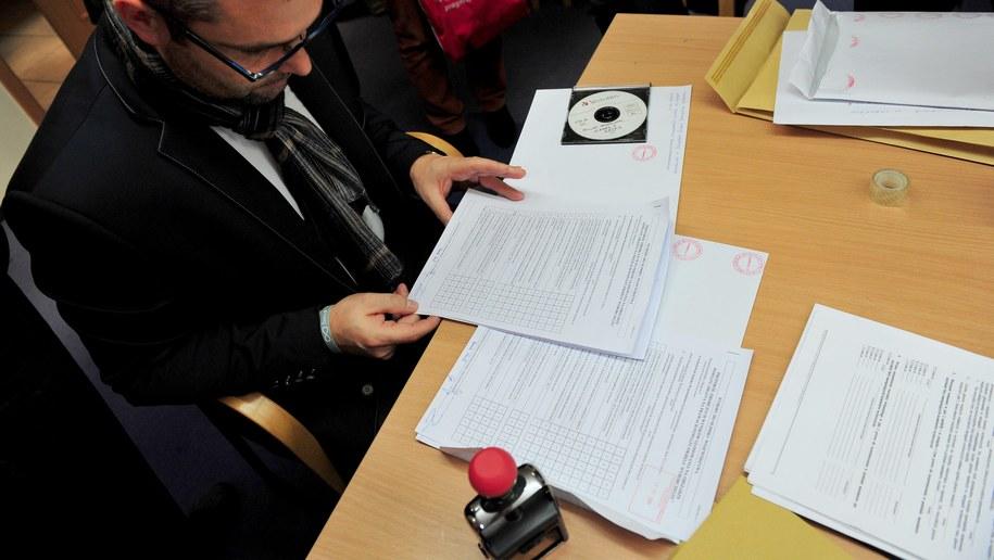 Do siedziby Wojewódzkiej Komisji Wyborczej dotarły wczoraj protokoły przywiezione przez członków Powiatowej Komisji Wyborczej w Koszalinie /Marcin Bielecki /PAP