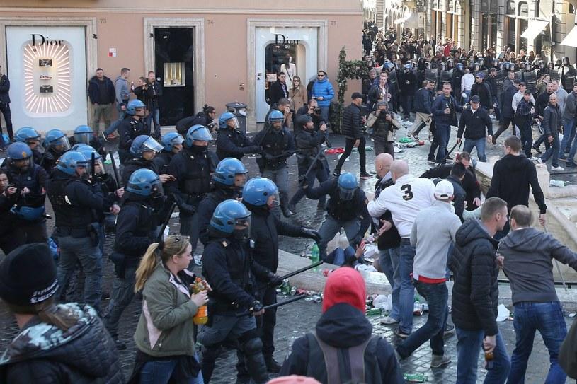 Do starć pseudokibiców Feyenoordu z włoską policją doszło w centrum Rzymu /PAP/EPA