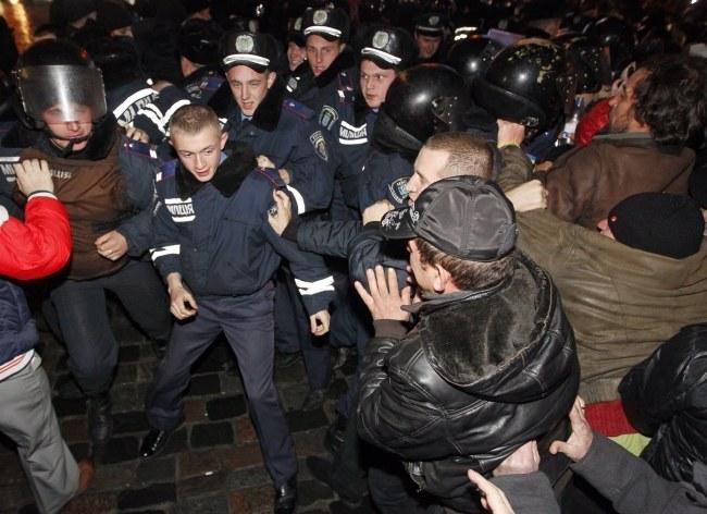 Do starć z milicją doszło także w nocy /SERGEY DOLZHENKO /PAP/EPA