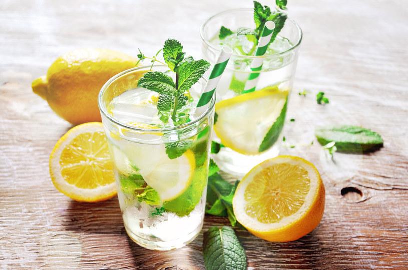 Do szklanki letniej, przegotowanej wody dodaj sok wyciśnięty z połówki cytryny. /123RF/PICSEL