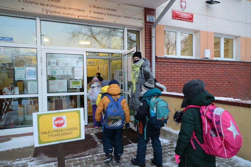 Do szkoły przychodzą na razie tylko młodsi uczniowie /Piotr Molecki /East News