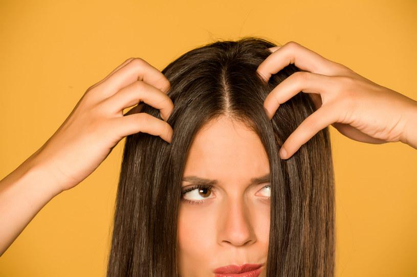 Do szybkiego przetłuszczania się włosów mogą przyczyniać się m.in. wahania hormonalne /123RF/PICSEL