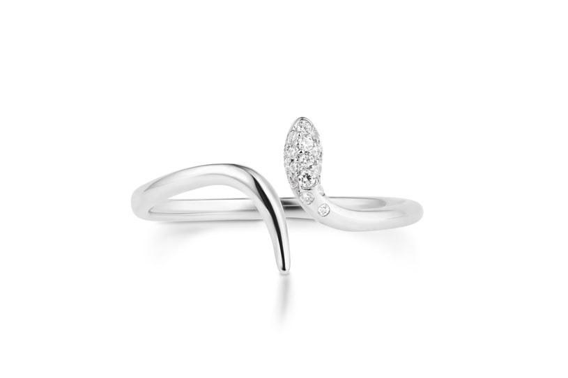 Do tak delikatnego pierścionka będzie pasował klasyczny manicure /materiały prasowe