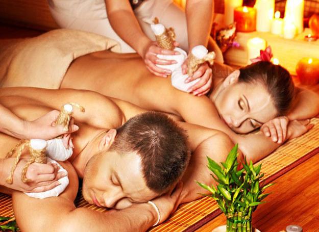 Do takiego masażu stosuje się wyłącznie naturalne oleje roślinne zmieszane z olejkami eterycznymi /123RF/PICSEL