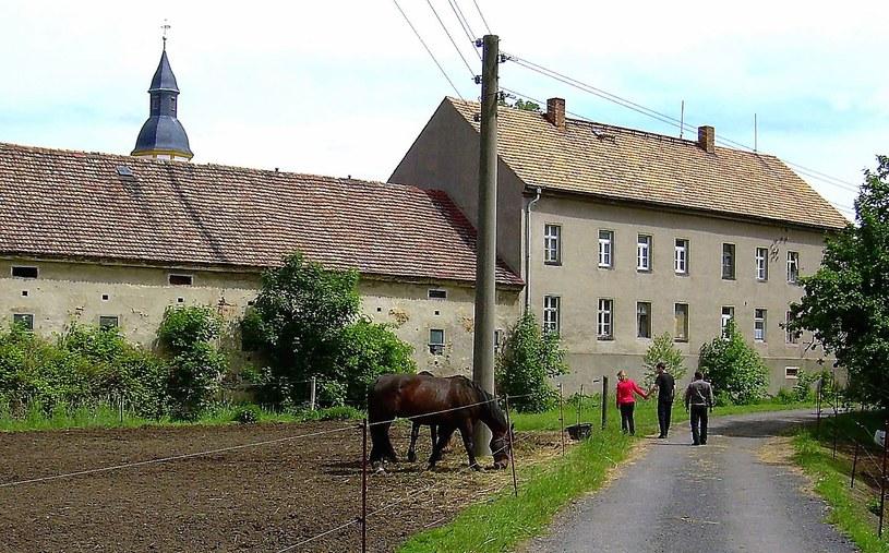 Do tego budynku (na zdjęciu z prawej) w Grossgrabe miała trafić Bursztynowa Komnata. fot. Leszek Adamczewski /