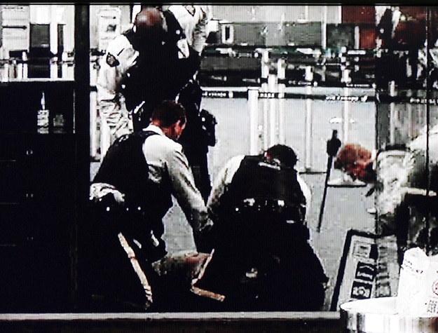 Do tragedii doszło w 2007 roku - policjanci chcieli obezwładnić Polaka, więc użyli paralizatorów / EPA  /PAP