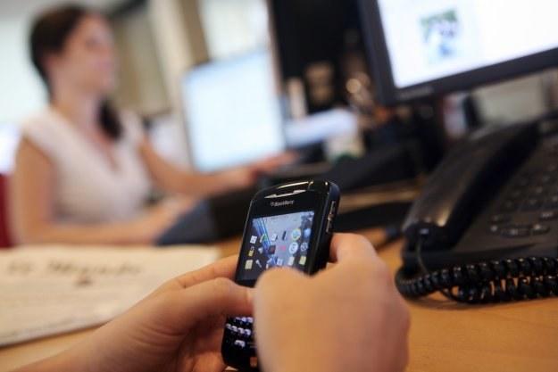 Do UOKiK wpłynęło już blisko sto skarg na konkursy sms-owe /AFP