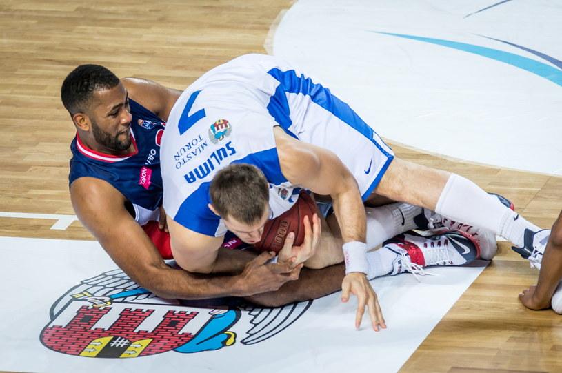 Do upadłego rywalizują o piłkę Krzysztof Sulima (z prawej) z Polskiego Cukru i David Weaver z MKS-u Dąbrowa Górnicza /Tytus Żmijewski /PAP