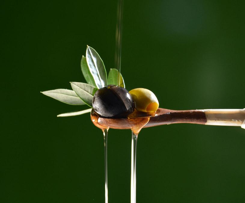 Do wanny z ciepłą wodą wlej 10 łyżek oliwy. Zdziwisz się z szybkich efektów. /123RF/PICSEL