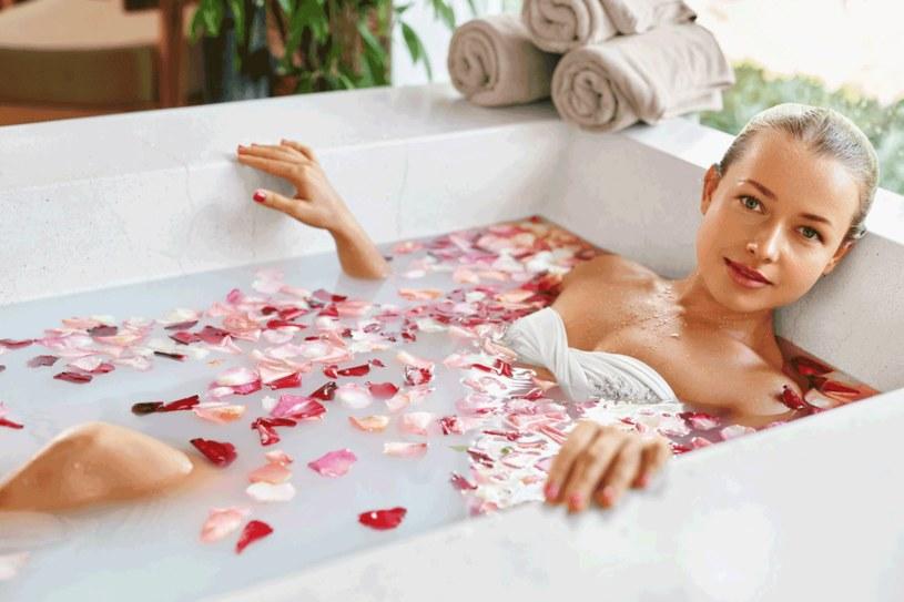 Do wieczornej kąpieli warto wkropić trochę olejku lawendowego /123RF/PICSEL
