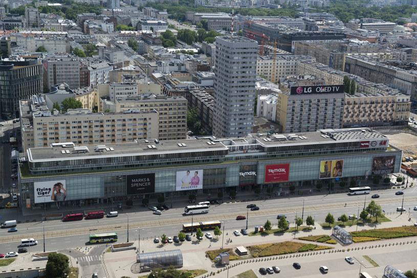Do witryny jednego ze sklepów przy ulicy Marszałkowskiej w Warszawie przykleiła się grupa ekologicznych aktywistów /JAKUB WOSIK/REPORTER /East News