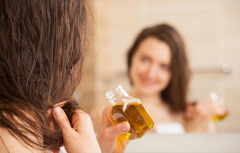 Do włosów niskoporowatych najlepiej użyć olejów nasyconych /123RF/PICSEL