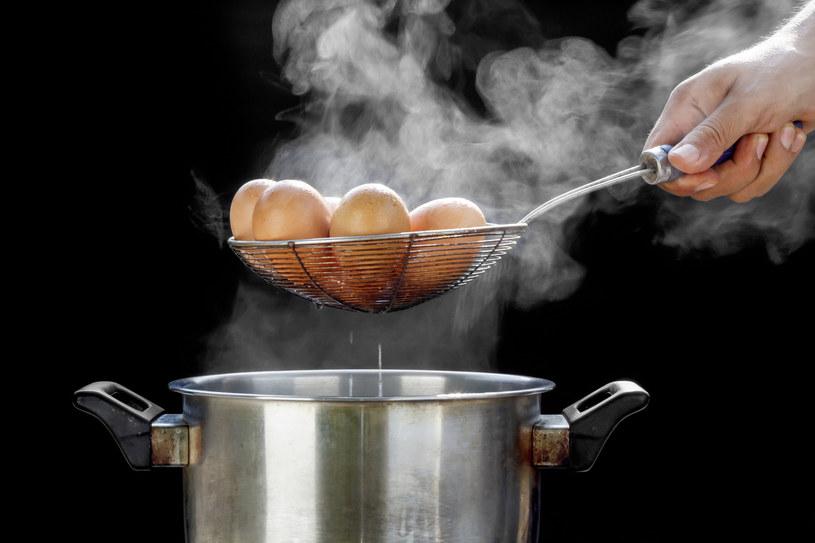 Do wody, w której będziesz gotować jajka, dolej łyżkę stołową octu /123RF/PICSEL