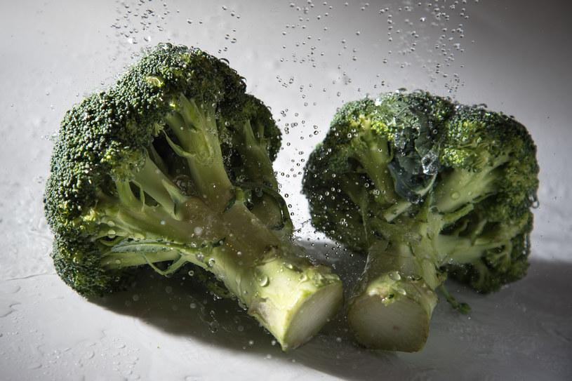 Do wody, w której gotujesz brokuły dodaj octu lub soku z cytryny. /123RF/PICSEL