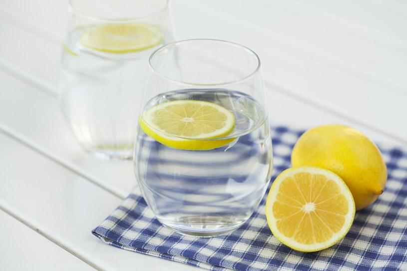 Do wody z cytryną dodaj szczyptę szarej soli /123RF/PICSEL