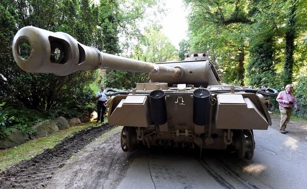 Do wyciągnięcia czołgu potrzebne były dwa ciągniki gąsienicowe /CARSTEN REHDER /PAP/EPA