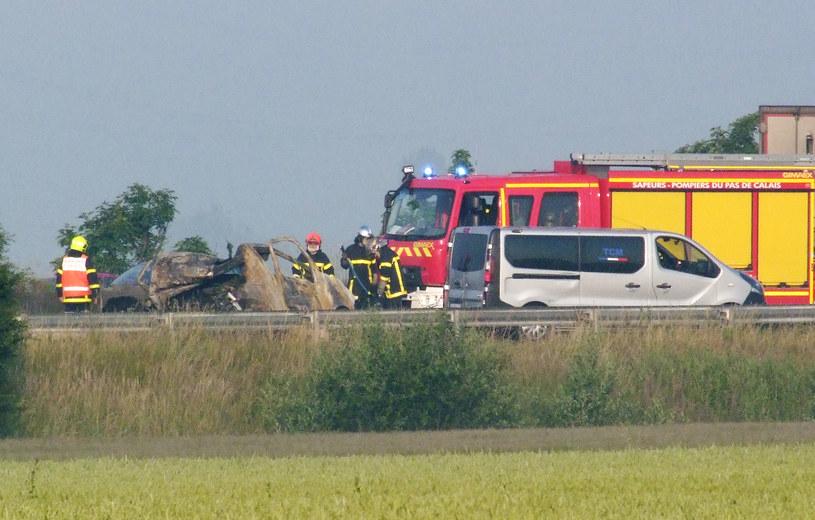 Do wypadku doszło z powodu ustawionej przez migrantów blokady z pni drzew na autostradzie /SEBASTIEN FOISSEL /AFP