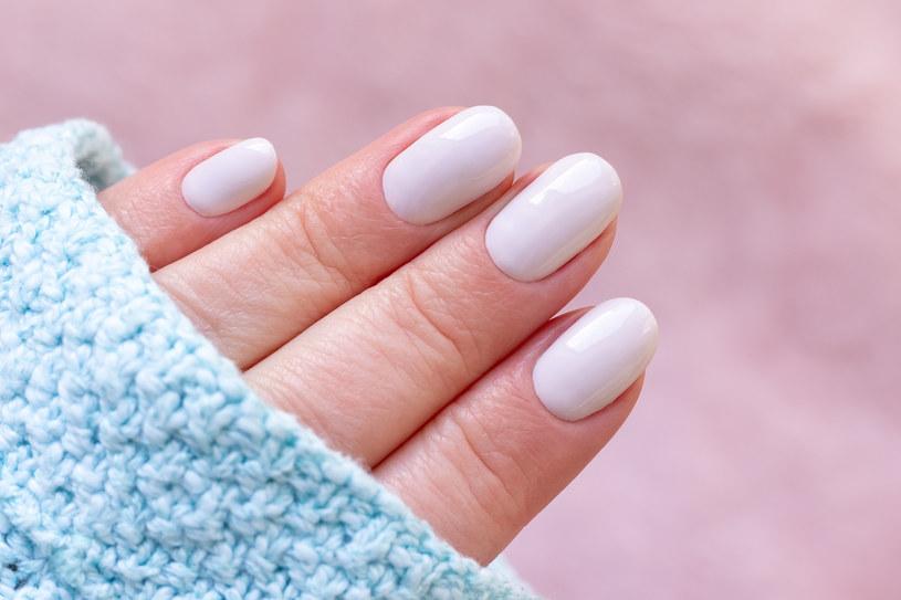 Do zalet manicure'u tytanowego należy naturalny wygląd paznokci /123RF/PICSEL