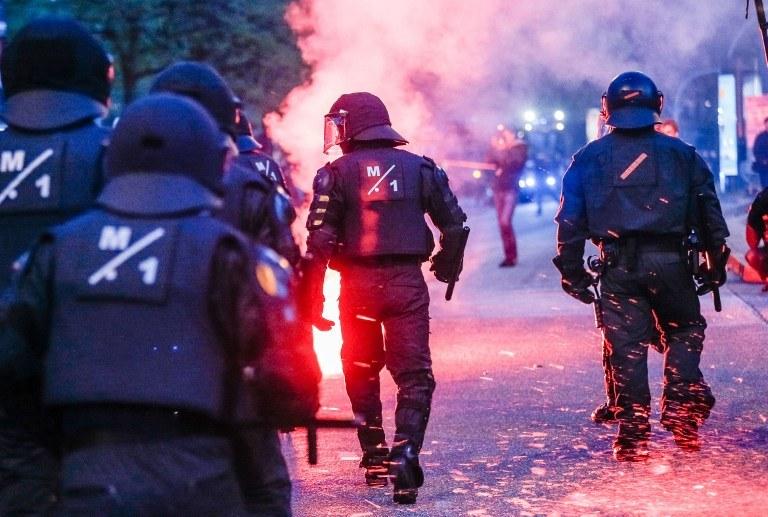 Do zamieszek doszło po tym, jak policja zatrzymała dwa pochody /AFP