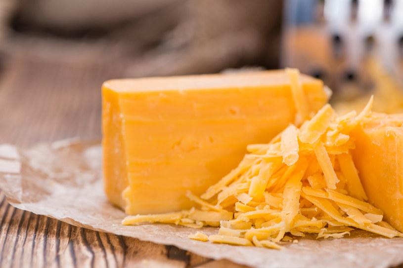 Do zapiekanki z żółtym serem świetnie sprawdzi się ser cheddar /123RF/PICSEL