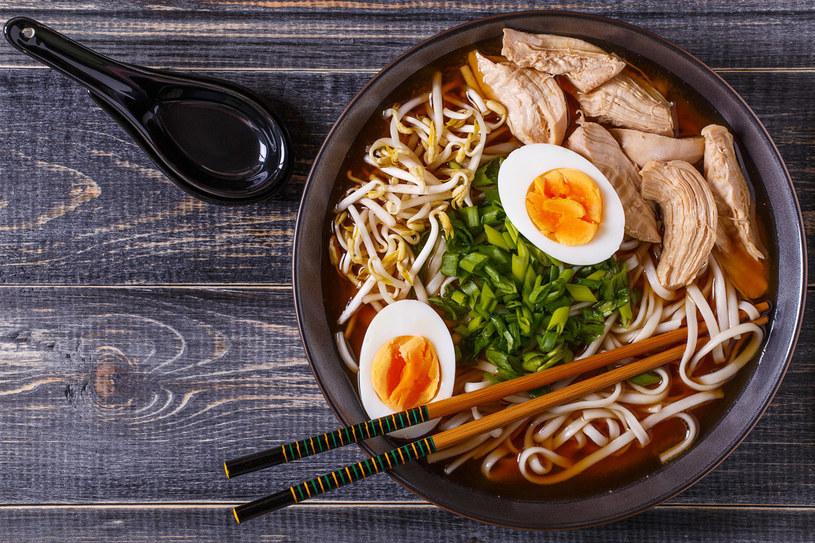 Do zupy w zależności od regionu wrzuca się wodorosty, szpinak, grubo krojony szczypior, czosnek, kukurydzę, kawałki kurczaka, plastry marynowanej dość tłustej wieprzowiny, pędy bambusa, pastę z nasion sezamu, kiełki sojowe, kapustę pekińską, jaja ugotowane na twardo, pastę miso