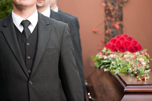 Do ZUS-u można wystąpić o zasiłek pogrzebowy po śmierci sąsiada /©123RF/PICSEL