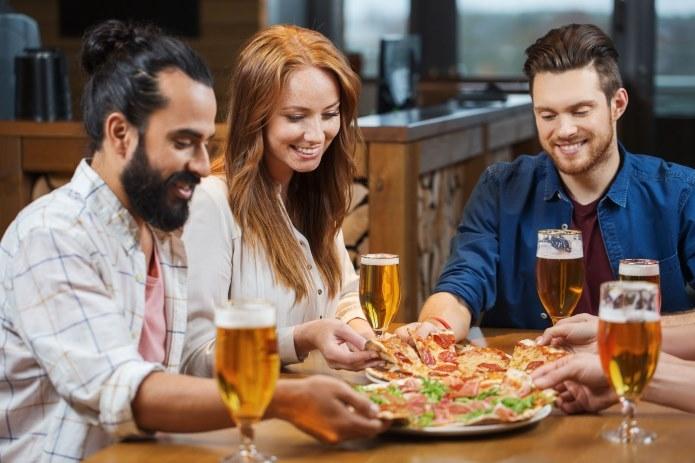 Dobór rodzaju piwa do jedzenia to ważna sprawa /123RF/PICSEL