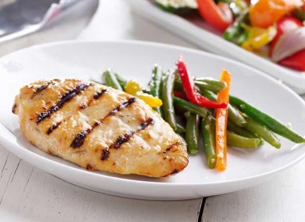 Dobra kolacja to mniej węglowodanów, a więcej białka /123RF/PICSEL