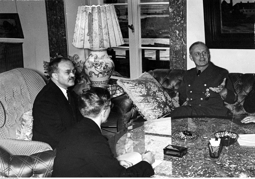 Dobra mina do złej gry. Komisarz ludowy Wiaczesław Mołotow (drugi z lewej) w czasie rozmowy z ministrem spraw zagranicznych Rzeszy Joachimem von Ribbentropem (z prawej). Zdjęcie z 1940 roku /Z archiwum Narodowego Archiwum Cyfrowego