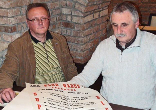 Dobraniecki i Maćkowiak w Kronice Klubu Hades przechowują m.in. pierwsze plakaty/fot. D. Idzikowski /Wiadomości Wrzesińskie