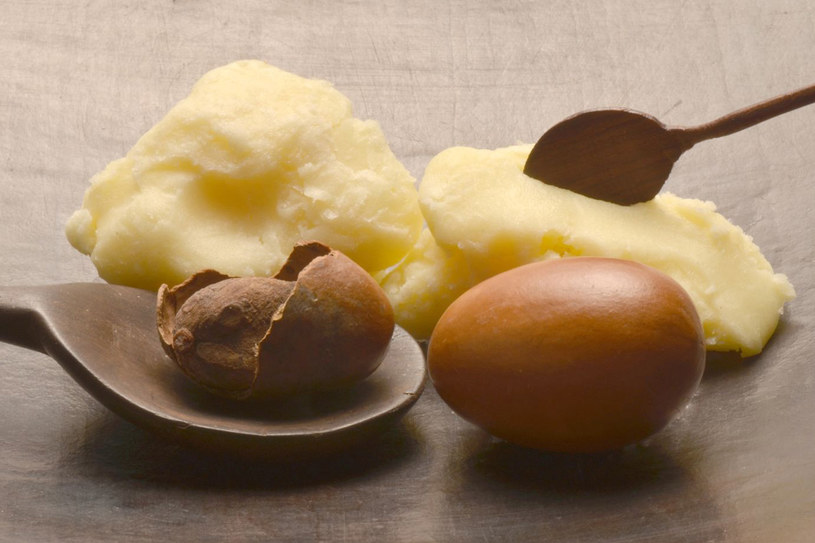 Dobre masło to bezzapachowa, dosyć twarda masą koloru kości słoniowej. Bryłka położona na dłoni powinna stać się płynna tylko pod wpływem ciepła ciała /123RF/PICSEL