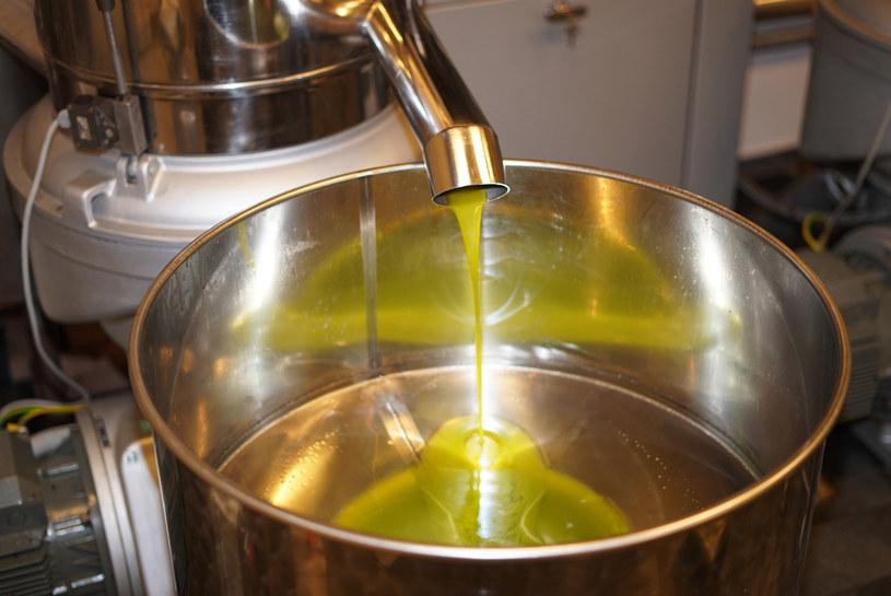 Dobrej jakości oliwa jest tak pełna smaku, naturalnie pikantna  i zniewalająca odurzającym zapachem  oraz żywą barwą, że nie potrzebuje dodatków. /123RF/PICSEL