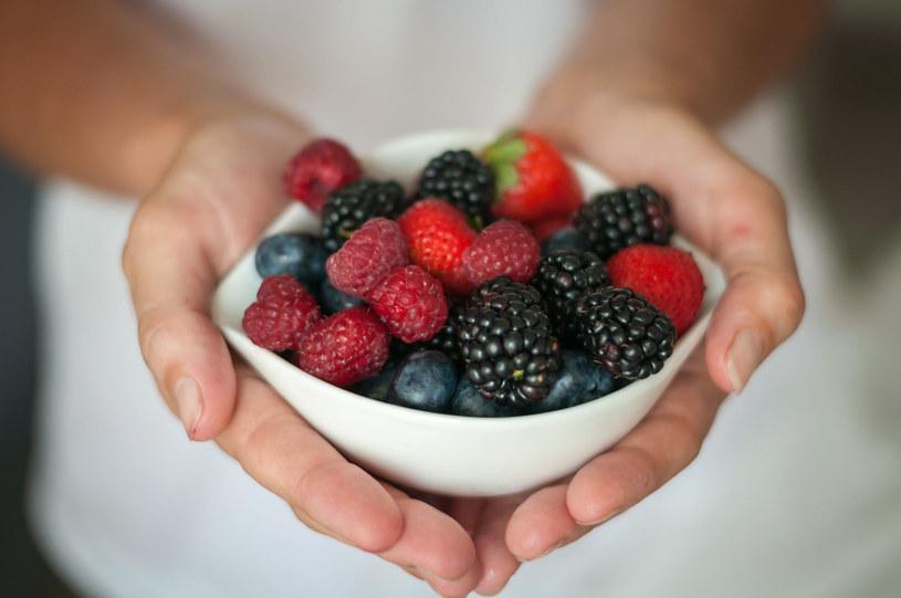 Dobrej kondycji mózgu służą antyoksydanty. Jedzmy czarne jagody, borówki i maliny, pijmy zieloną herbatę /123RF/PICSEL