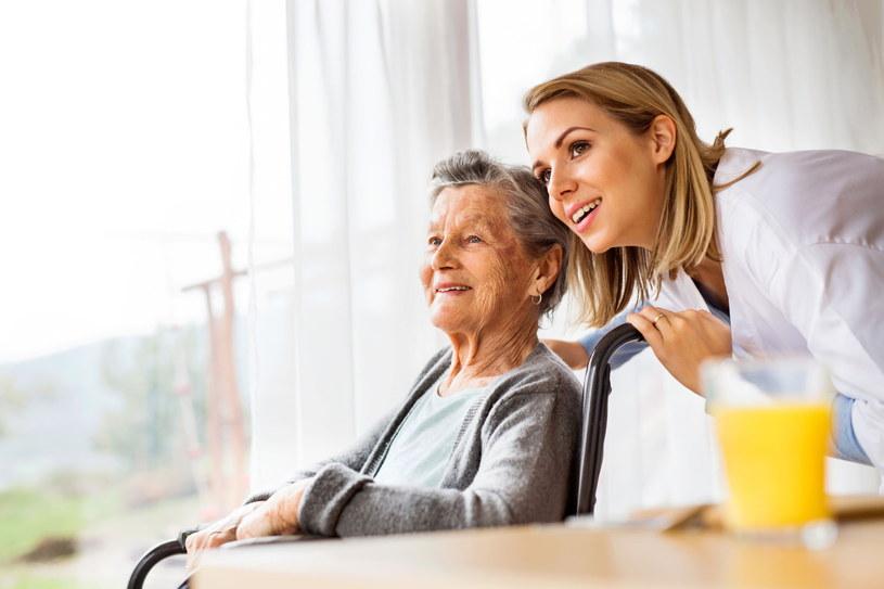 Dobry kontakt z seniorem wpływa na jego lepsze samopoczucie /123RF/PICSEL