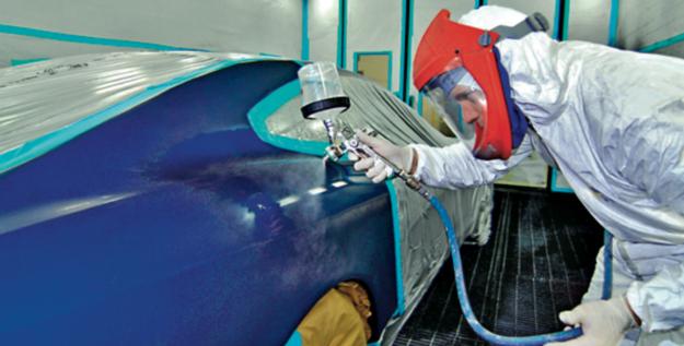 Dobry lakiernik kontroluje grubość nanoszonej warstwy, a gdy to potrzebne, szlifuje odpowiednio jego warstwy. /Motor
