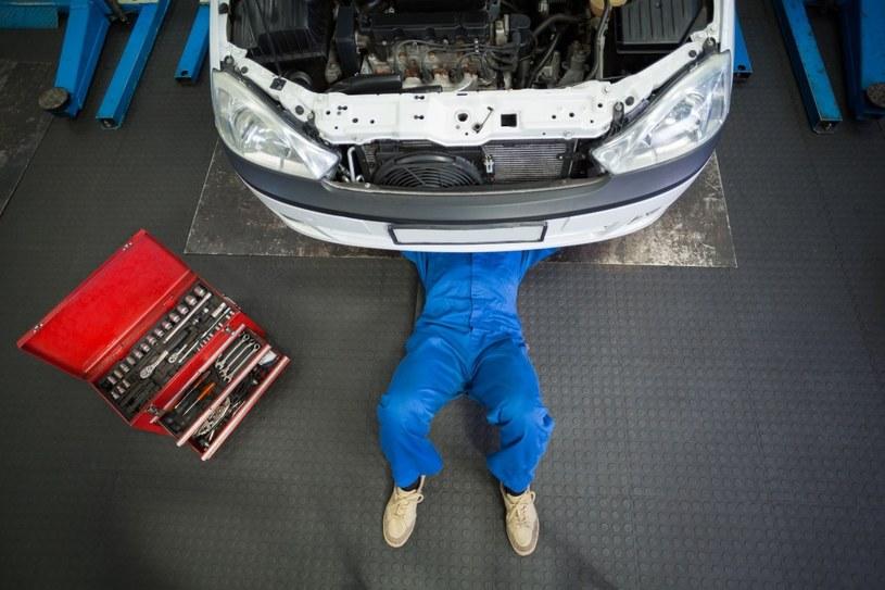 Dobry mechanik powinien zabezpieczyć folią wnętrze samochodu, a po naprawie wyczyścić widoczne zabrudzenia /123RF/PICSEL