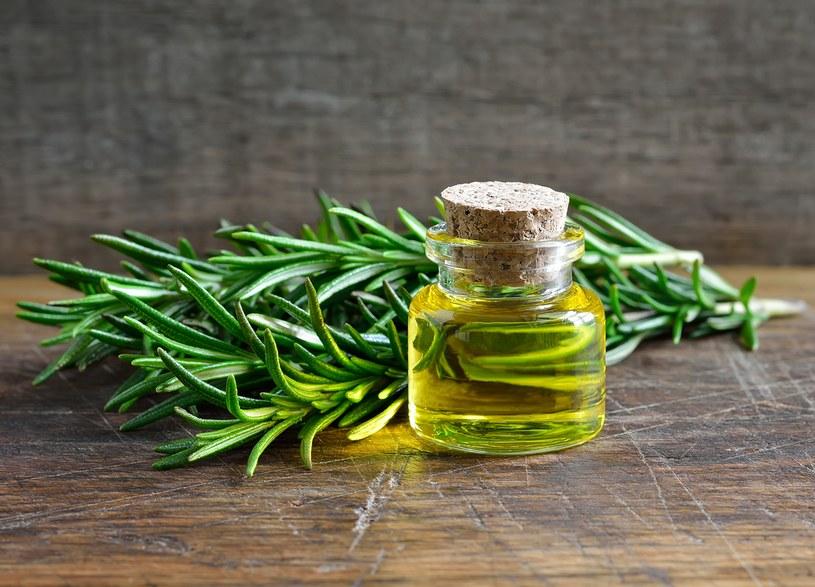 Dobry olejek rozmarynowy kupisz w zielarniach lub aptekach /123RF/PICSEL